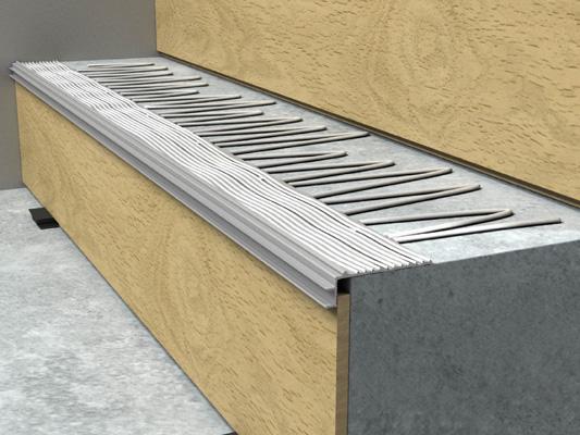 Нанесите клей для монтажа ламинированной панели на ступень